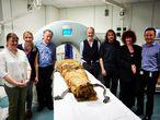 Los autores del trabajo, con David Howard y John Schofield flanqueando la momia de Nesiamón.