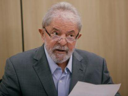 EL PAÍS e  Folha de S.Paulo  entrevistaram em 26 de abril o ex-presidente na prisão, após autorização judicial