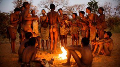 Uma tribo Ju/'hoansi simula seu estilo de vida para turistas no museu vivo de Grashoek, na Namíbia.