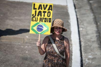 Manifestante solitária segura cartaz de apoio à Lava Jato, no final de 2020, em São Paulo.