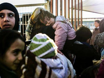 Mulheres sírias na fronteira com a Turquia.