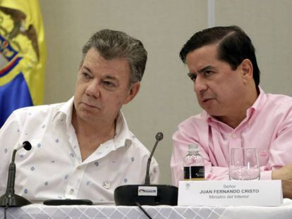 O presidente da Colômbia, Juan Manuel Santos, ao lado ministro do Interior, Juan Fernando Cristo.