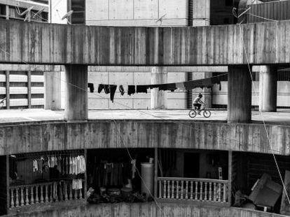 Uma garota anda de bicicleta em um bloco da Torre de David.