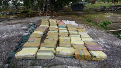 Carregamento de maconha colombiana apreendido pelo Exército do país vizinho na região amazônica rumo ao Brasil.