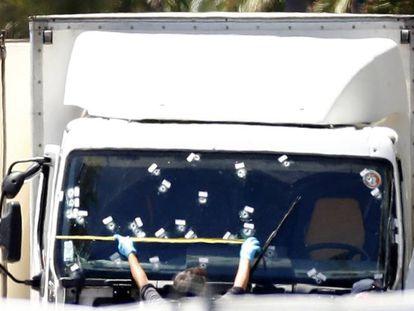 Vídeo mostra como policiais abatem o autor do atentado em Nice
