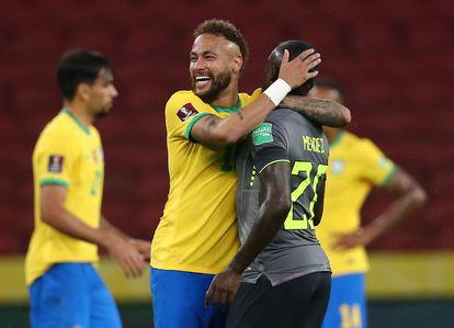 Neymar abraça Sebastián Méndez durante jogo pelas eliminatórias entre Brasil e Equador, em 4 de junho passado.