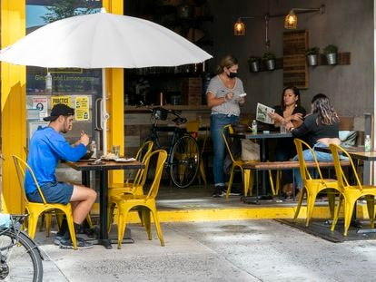 Pela primeira vez desde março, Nova York permite a utilização do interior de seus restaurantes, como o da foto, com 25% da capacidade.