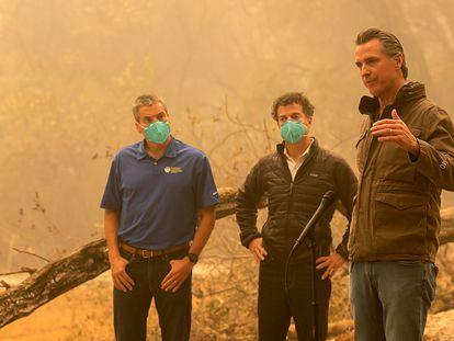 O governador da Califórnia, Gavin Newsom, num dos incêndios ao norte de Sacramento, na sexta-feira.