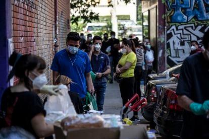 Entrega de alimentos na associação de moradores do bairro de Aluche, em Madri, em razão da crise econômica provocada pela crise sanitária do coronavírus.