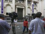 Camarógrafos frente a la sede del Banco Central de Argentina el pasado martes, cuando la Policía la allanó por presunto fraude.