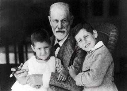 Sigmund Freud com dois de seus netos.