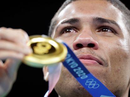 Hebert sobe ao pódio com a sua medalha de ouro.
