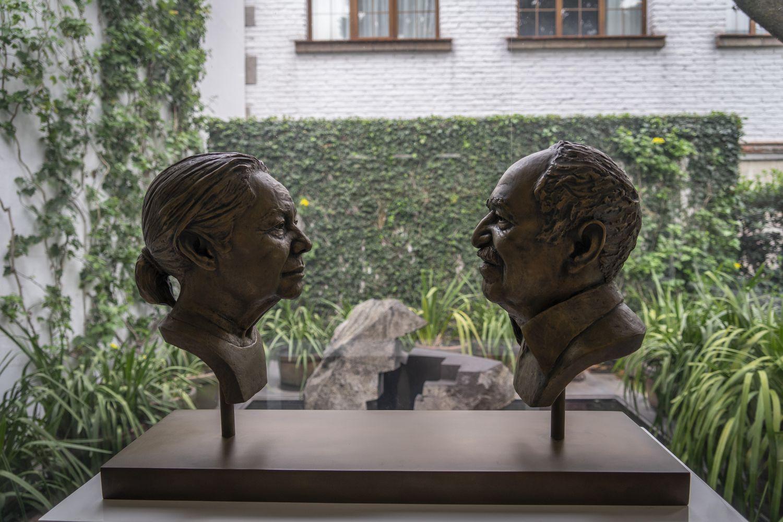 Uma escultura de Gabriel García Márquez e sua esposa, em seu estúdio na capital mexicana.