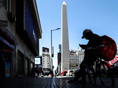 Entregador espera trabalho em Buenos Aires, em fevereiro.