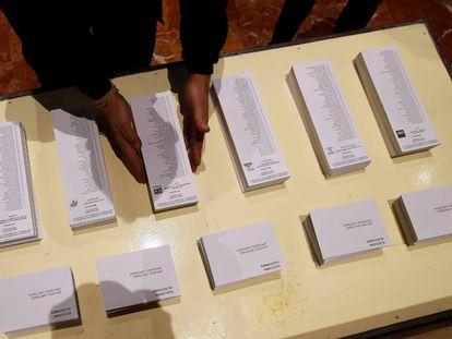Um operário coloca cédulas na prefeitura de Barcelona, um dos colégios eleitorais onde um total de 5.553.983 catalães votarão na quinta-feira.