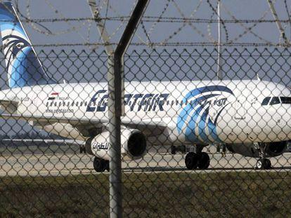 O Airbus A320 sequestrado, na pista do aeroporto da Larnaca.