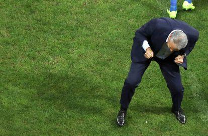 Tite comemora o gol de Coutinho contra o Paraguai.