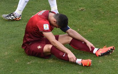 Cristiano se lamenta sobre o gramado.