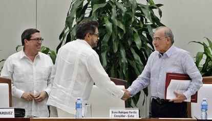 Iván Márquez e De la Calle, após assinatura do novo acordo de paz.