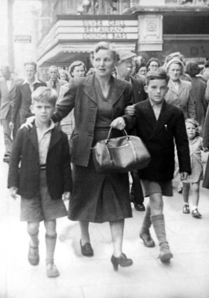 George Harrison (à esquerda), aos sete anos, em 1950, com sua mãe e seu irmão Peter, em Dublin.