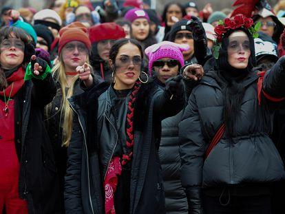 Compnentes do Las Tesis cantam o hino 'Un violador en tu camino' durante a Marcha das Mulheres em Washington, EUA, em janeiro de 2020.