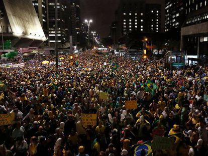 Grupos anti-Lula na av. Paulista.