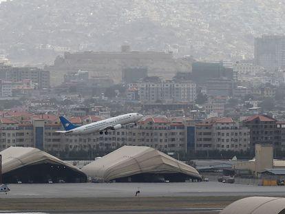 Um avião de companhia aérea afegã decola neste sábado do aeroporto de Cabul.