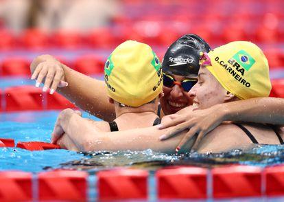 Medalha de bronze neste domingo, a nadadora brasileira Beatriz Borges Carneiro abraça a irmã gêmea, Debora, que ficou em quarto, e a espanhola Michelle Alonso Morales, que levou o ouro.