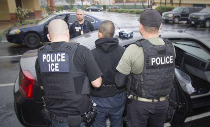 Agentes de imigração detêm um imigrante durante uma operação em Los Angeles