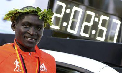 Kimetto posa junto ao cronômetro com seu recorde.