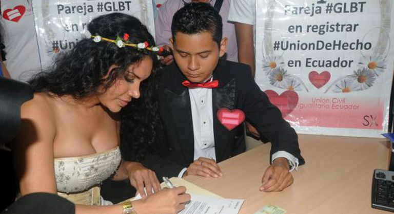 Um casal de transexuais registra sua união em Guayaquil.