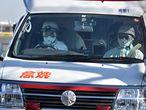 Sanitarios trasladan a un enfermo, hoy en Yokohama.