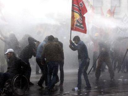 Armas foram usadas para reprimir protestos em países como a Turquia.