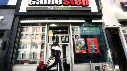 Um homem passa diante de uma loja da GameStop em Nova York, na sexta-feira.