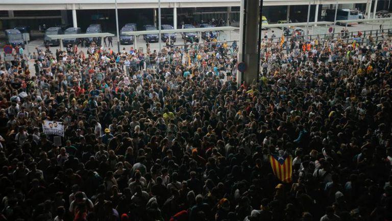 Manifestantes protestam contra condenação de líderes separatistas catalães, e bloqueiam acesso do aeroporto de Barcelona.