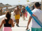 Un hombre sin mascarilla pasea por el paseo marítimo de la playa de La Manga (Murcia)