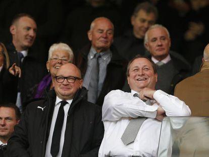 O proprietário do Newcastle, Mike Ashley (à direita), com o presidente do clube, Lê Charnley.