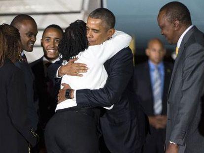Obama abraça sua meia-irmã Auma, ao lado de Kenyatta.