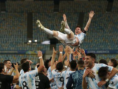 Os jogadores da Argentina lançam Messi ao ar após o triunfo sobre o Brasil no Maracanã.