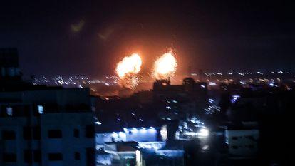Detonação de mísseis israelenses na Faixa de Gaza, nesta madrugada. Em vídeo, as imagens dos últimos dias em Gaza.