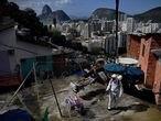 Un técnico desinfecta en la favela de Santa Marta, en Río de Janeiro, el pasado agosto.