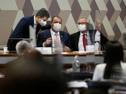 O presidente da comissão Omar Aziz (PSD-AM), ao centro, conversa com o vice Randolfe Rodrigues (Rede-AP) e o relator Renan Calheiros (MDB-AL).