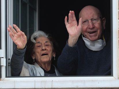 José e Guadalupe, casal recuperado da Covid-19 em sua casa de Villanueva de la Torre, na Espanha.