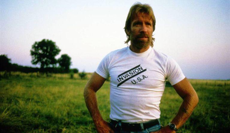 Chuck Norris fotografado em 1985 com uma camiseta de um de seus filmes mais populares, 'Invasão U.S.A.'