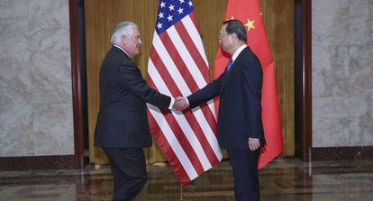 O secretário de Estado Rex Tillerson e o conselheiro de Estado da China, Yang Jiechi