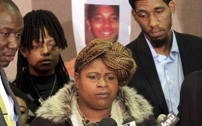 Samaria Rice, a mãe de Tamir, em dezembro de 2014. Atrás dela, a foto de seu filho.