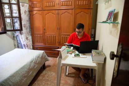 Vinícius Reis estuda em busca de alternativas para o desemprego.