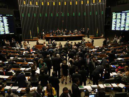 Câmara vota pacote anticorrupção no dia da queda do voo da Chapecoense