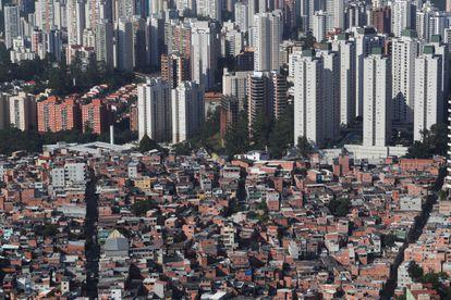 Vista aérea da favela de Paraisópolis, que fica próxima a prédios de alto padrão, em São Paulo.
