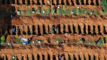 Coveiros no cemitério Vila Formosa, em São Paulo.